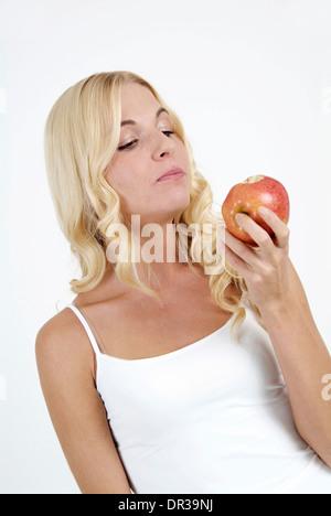 Frau zu essen Apfel - Stockfoto