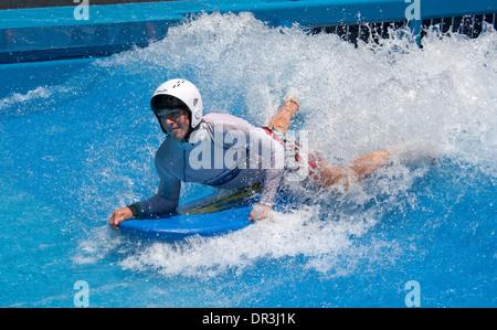 Board-Fahrer Body Surfen auf dem Wasser der Wellenmaschine im Wasserpark in Hervey Bay-Queensland-Australien - Stockfoto