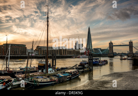 Der Themse in East London mit Wahrzeichen wie Butlers Wharf, die Scherbe und Tower Bridge - Stockfoto