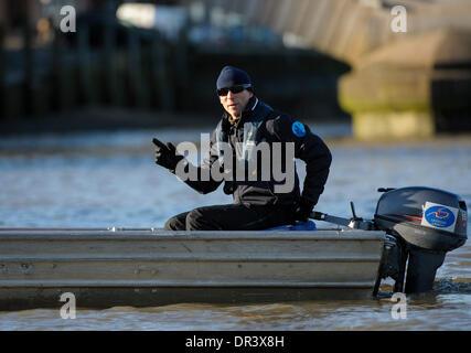 Themse, London, UK. 19. Januar 2014. Sean Bowden Cheftrainer der Oxford University Boat Club informiert die Mannschaften - Stockfoto