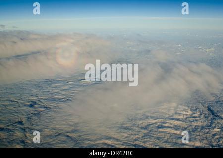 Gespenst der Brocken auf Alto Cumulus-Wolken über dem Pazifischen Ozean - Stockfoto