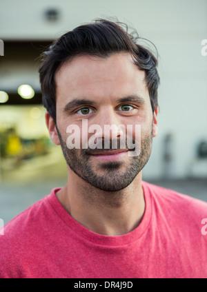 Mann lächelnd im freien - Stockfoto