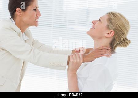 Unternehmerinnen mit einem heftigen Kampf in Büro - Stockfoto