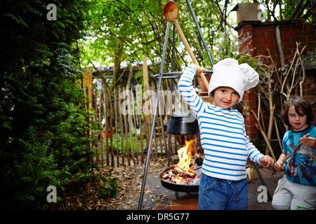 Kleine Mädchen tragen Kochmütze - Stockfoto