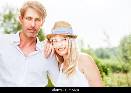 Glückliches junges Paar, Frau mit Strohhut, Bayern, Deutschland - Stockfoto
