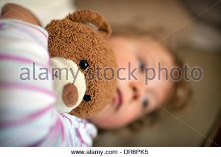 Mädchen hält einen Teddybär und Weinen - Stockfoto