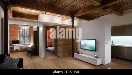 Sitz- und Schlafbereich in Wohnung, Albert Mill, Manchester, Greater Manchester. - Stockfoto