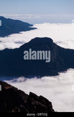 La Palma über den Wolken in der Cloud gefüllte Caldera de Taburiente aus dem Roque de Los Muchachos, Kanarische - Stockfoto