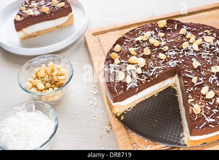 Eine dekadente Haupia und Schokolade Creme Pie garniert mit rasierte Kokos, Macadamia-Nüssen und Schokolade rasiert - Stockfoto