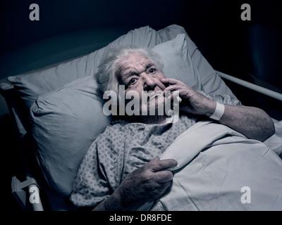 Ältere Dame Hospital Care Home Bett Nacht nachdenklich Angst Depression anfällig Demenz Altenpflege Alter 100 Jahre - Stockfoto