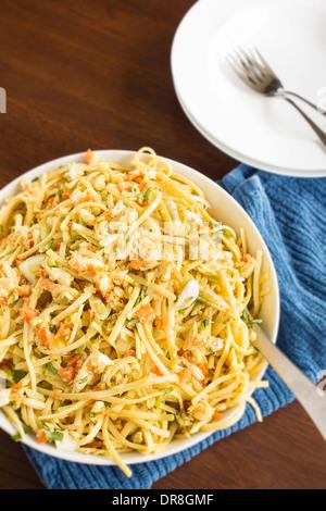 Nudelsalat mit Lump Crab, hartgekochten Eiern, Karotten, Zwiebeln, Sellerie, Frühlingszwiebeln, Petersilie und einen - Stockfoto