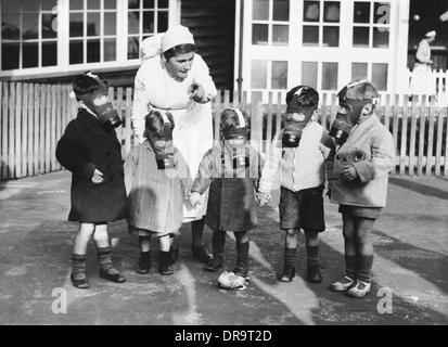Kinder in Gasmasken - Stockfoto