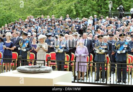 Königin Elizabeth II ist zusammen mit (von links nach rechts) Sophie, Gräfin von Wessex, Prince Edward, Earl of Wessex, Camilla, Herzogin von Cornwall, Prinz Charles, Prinz von Wales, Prinz Phillip, Duke of Edinburgh und Andrew, Duke of York als sie un besuchen Stockfoto