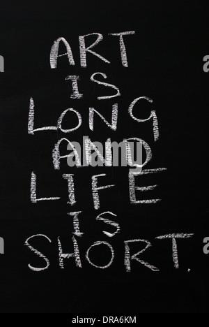 Kreide schreiben - Kunst ist lang und das Leben ist kurz. - Wörter auf Tafel geschrieben. - Stockfoto