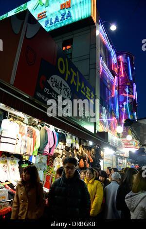 Seoul, Südkorea. 27. März 2013. Koreaner gehen Abend Einkaufen in der Nähe von Jungbu Markt in Seoul, Südkorea, - Stockfoto