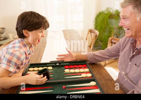 Großvater und Enkel spielen backgammon - Stockfoto