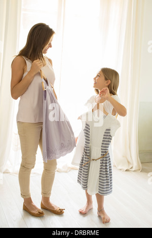 Mutter und Tochter Kommissionierung Kleidung im Schlafzimmer - Stockfoto