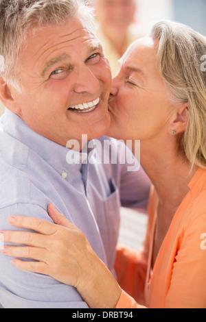 Älteres Paar küssen - Stockfoto