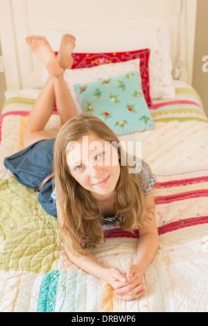 Mädchen auf Bett - Stockfoto