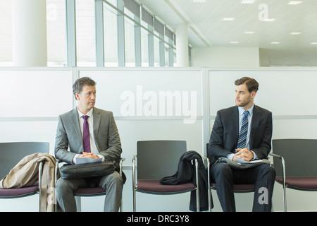 Geschäftsleute, die im Wartebereich sitzen - Stockfoto