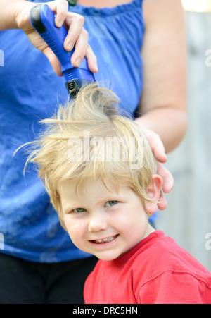 kleiner Junge mit einem Haarschnitt - Stockfoto