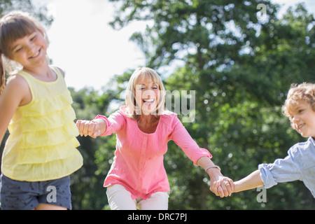 Großmutter und Enkel spielen im freien - Stockfoto