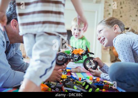 Vater und Kinder zusammen spielen - Stockfoto