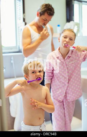 Vater und Kinder Zähneputzen im Bad - Stockfoto