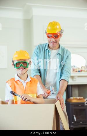 Vater und Sohn spielen mit Konstruktionsspielzeug - Stockfoto