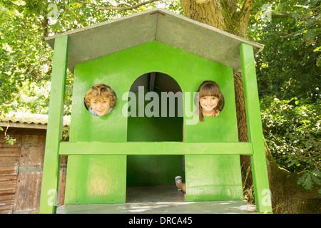 Kinder spähte durch die Fenster des Baumhaus - Stockfoto