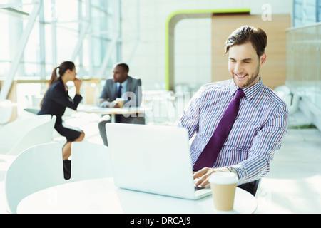 Geschäftsmann, arbeiten am Laptop im Büro - Stockfoto