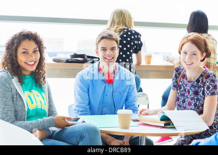 Studenten, die lächelnd in lounge - Stockfoto