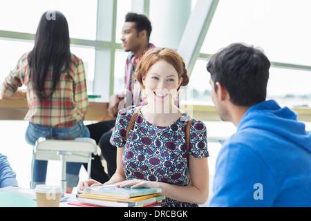 Studenten sprechen im café - Stockfoto
