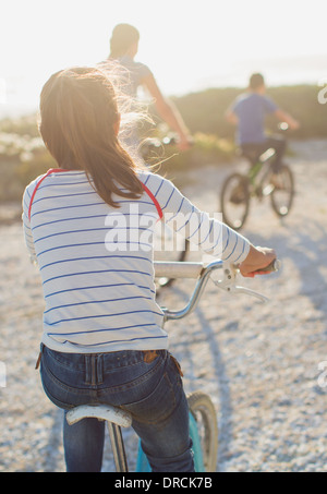 Familie Fahrrad am Sonnenstrand - Stockfoto
