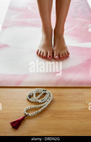 Tadasana Yoga-Pose mit Mala Gebetskette - Stockfoto