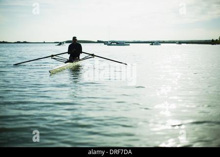 Colorado USA Mann mittleren Alters im Ruderboot auf dem Wasser - Stockfoto