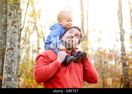 Vater mit Sohn auf Schultern, Osijek, Kroatien - Stockfoto
