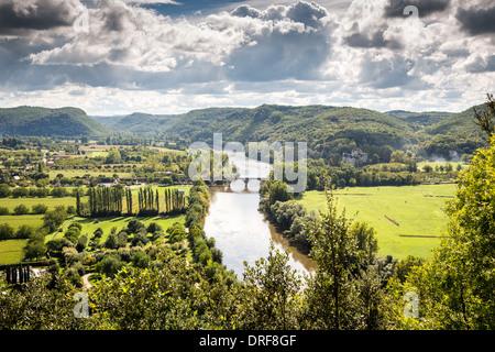 Beynac-et-Cazenac, Dordogne, Frankreich, Europa. Sehen Sie den schönen Dordogne Fluss hinauf.