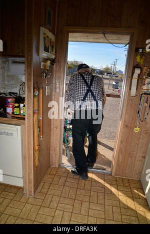 Ein 93-jähriger Mann in seinem Haus. - Stockfoto