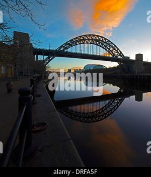 ein Blick auf die Tyne Bridge in der Dämmerung spiegelt sich in den Fluss Tyne in Newcastle Upon Tyne Blick flussabwärts - Stockfoto