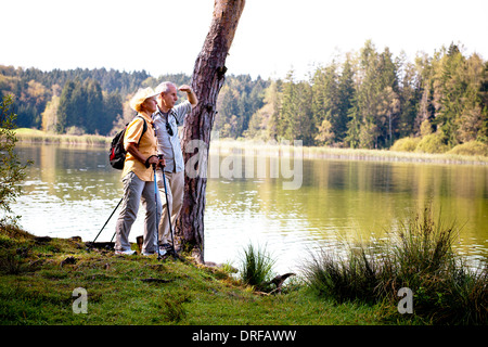 Älteres Paar am See, betrachten, Osterseen, Deutschland - Stockfoto