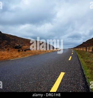 Eine schmale, kurvige Straße in der malerischen Lücke von Dunloe County Kerry, Irland - Stockfoto