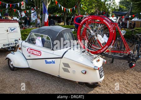 Messerschmitt-Bubble-Auto mit einem Fahrradträger als eine Tour de France Unterstützung Auto am Goodwood Revival - Stockfoto