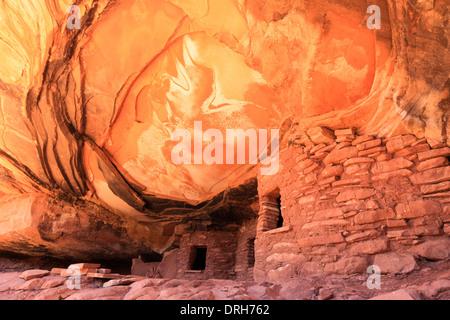 Gefallenen Dach Ruine im Cedar Mesa Utah ist eine Anasazi Klippe Wohnung aus etwa 1100 n. Chr. - Stockfoto