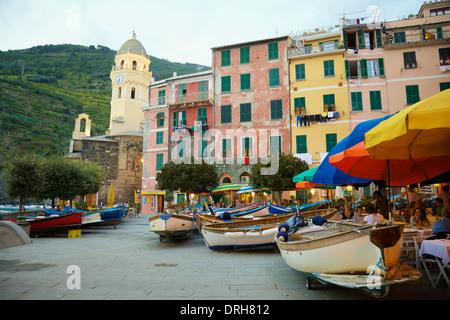 Hafen Sie, Restaurants und Geschäfte in Vernazza, Cinque Terre, La Spezia, Ligurien, Italien - Stockfoto