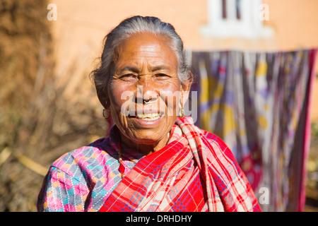 Nepalesische Seniorin in den Hügeln oberhalb von Kathmandu, Nepal - Stockfoto