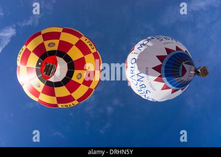 Blick auf 2 Ballons von unten. Chateau d ' Oex, Schweiz. - Stockfoto