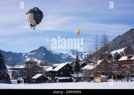 Sonderform Ballons fliegen über Chateau d ' Oex, Schweiz. - Stockfoto