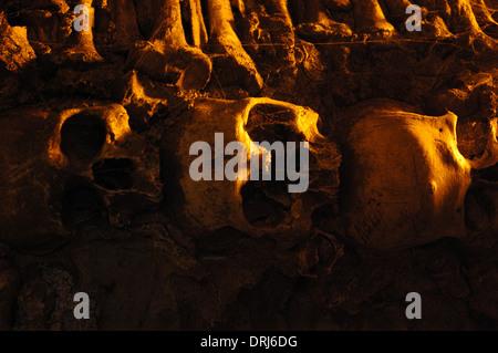 Portugal. Evora. Kapelle der Knochen neben dem Eingang der Kirche des Hl. Franziskus. Wände mit menschlichen Schädeln - Stockfoto
