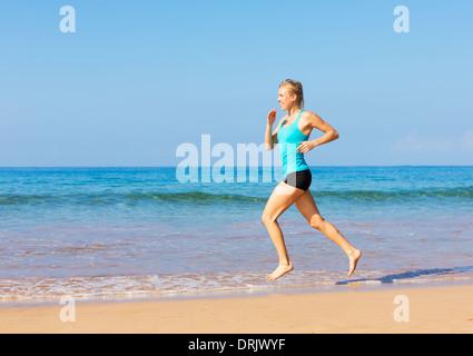 Frau am Strand, Übung Fitnesskonzept läuft - Stockfoto